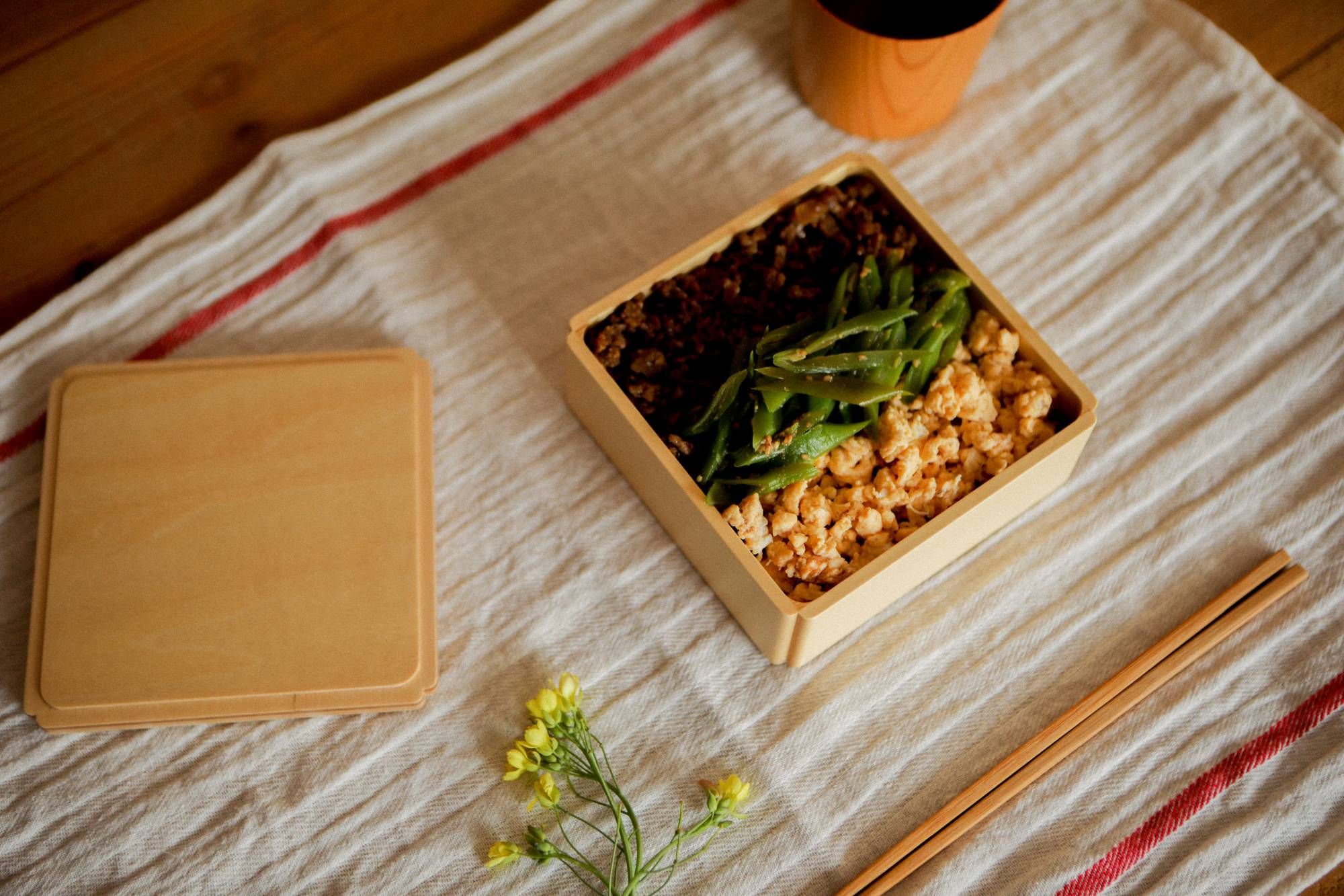 The corners of Lr by Inoue Tokumokkou's Jubako Kaku food boxes are inset on the outside with kakumono joinery on the inside.    TRUNK DESIGN