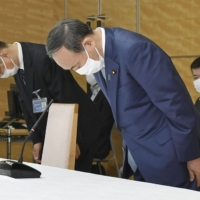 Suga apologizes to asbestos victims, vowing swift settlement