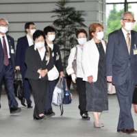 Plaintiffs in asbestos cases visit the Prime Minister's Office for a meeting with Prime Minister Yoshihide Suga. | KYODO