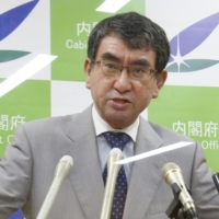 Japan mulls letting pharmacists administer COVID-19 vaccines
