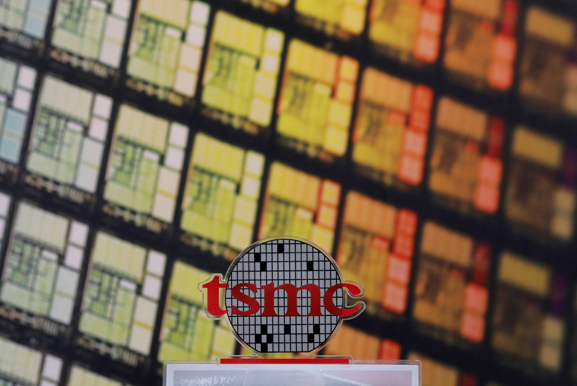Taiwan Semiconductor Manufacturing Co., which dominates advanced chip production, yesterday said its workers are operating in separate teams and face-to-face meetings have been curbed as COVID-19 cases rise in the country.   REUTERS