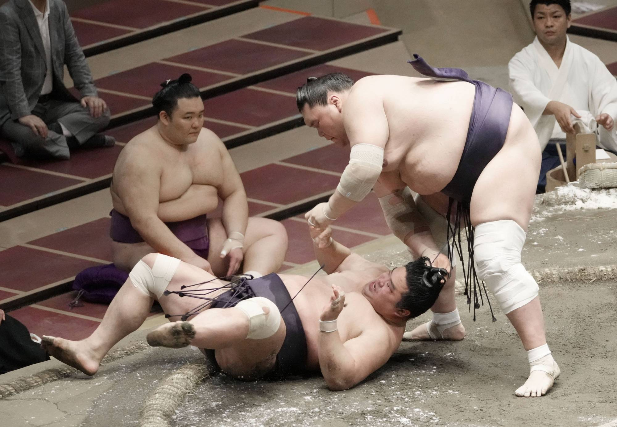 Terunofuji (right) pulls down Myogiryu during their bout on Wednesday at Ryogoku Kokugikan. The ozeki, initially judged the winner, was handed a loss after judges determined he grabbed Myogiryu by his hair.   KYODO