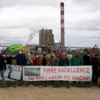 Protesters holding a rally against pollution hold a banner in front of a factory in Tarascon, France, on May 10. | AFP-JIJI