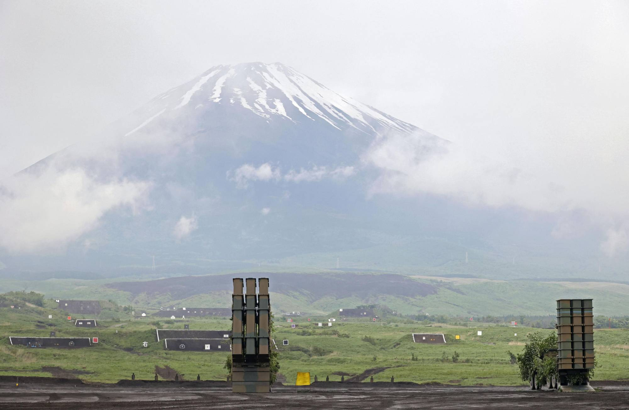 The Ground Self-Defense Force conducts a drill at the East Fuji training area in Shizuoka Prefecture on Saturday.  | KYODO
