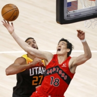 Yuta Watanabe (right) fights for a rebound against Utah's Rudy Gobert on May 1 in Salt Lake City. | USA TODAY / VIA REUTERS
