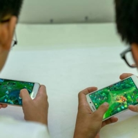 A growing number of children in Japan play video games or mobile games on school days. | GETTY IMAGES / VIA KYODO