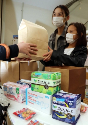 Dot Style, a citizens group in Yamaguchi Prefecture that supports single-parent families, distributes sanitary napkins on May 2 in the city of Yamaguchi.   CHUGOKU SHIMBUN