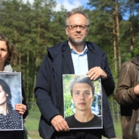 Christophe Deloire (center), secretary-general and executive director of Reporters Without Borders, poses with a photo of detained journalist Roman Protasevich during a visit to the Lithuanian-Belarus border in Salcininkai, Lithuania on Thursday.  | AFP-JIJI