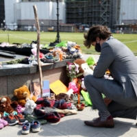 Canadian Prime Minister Justin Trudeau visits a makeshift memorial erected after the remains of 215 indigenous children were found at the site of a former boarding school in British Columbia, on Tuesday in Ottawa.    AFP-JIJI