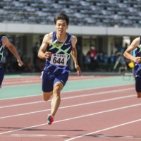 Ryota Yamagata (center) sets a new national record in the 100-meter sprint during a race on Sunday in Tottori. | POOL / VIA KYODO