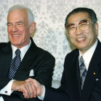 Thomas Foley, seen with Prime Minister Keizo Obuchi in August 1998, represented U.S. interests in Japan from 1997 to 2001. | REUTERS