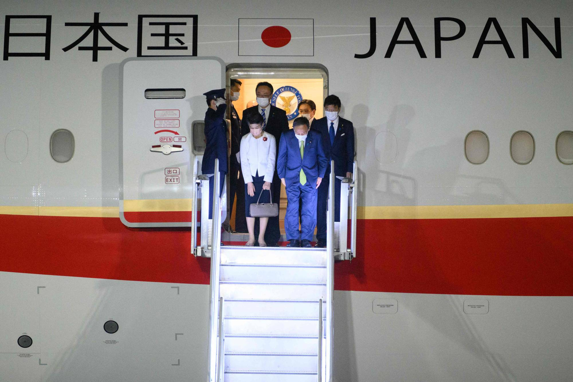 Prime Minister Yoshihide Suga and his entourage arrive in Cornwall, England, on Friday for the three-day G7 summit.   | POOL / AFP-JIJI