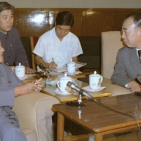 Komeito leader Yoshikatsu Takeiri (right) meets with China's leader Deng Xiaoping in Beijing in 1981.   KYODO