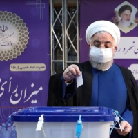 Iran President Hassan Rouhani casts his ballot in the country's presidential election at the Interior Ministry in Tehran Friday.    IRANIAN PRESIDENCY / VIA AFP-JIJI
