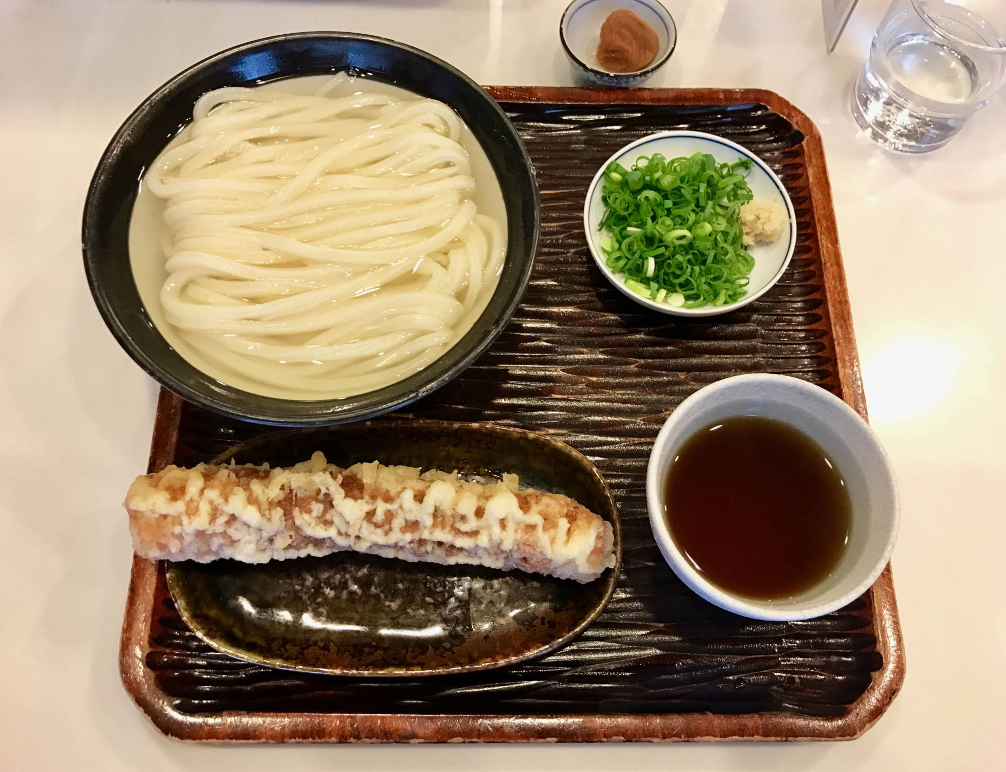 Maruka's house special is kake udon with chikuwa-ten (cylindrical fish cake) and plenty of green onion on the side. | ROBBIE SWINNERTON
