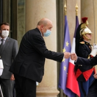 French Foreign Minister Jean-Yves Le Drian (center) greets U.S. Secretary of State Antony Blinken after meeting French President Emmanuel Macron (second from left) at the Elysee Palace in Paris on Friday.  | POOL / VIA AFP-JIJI