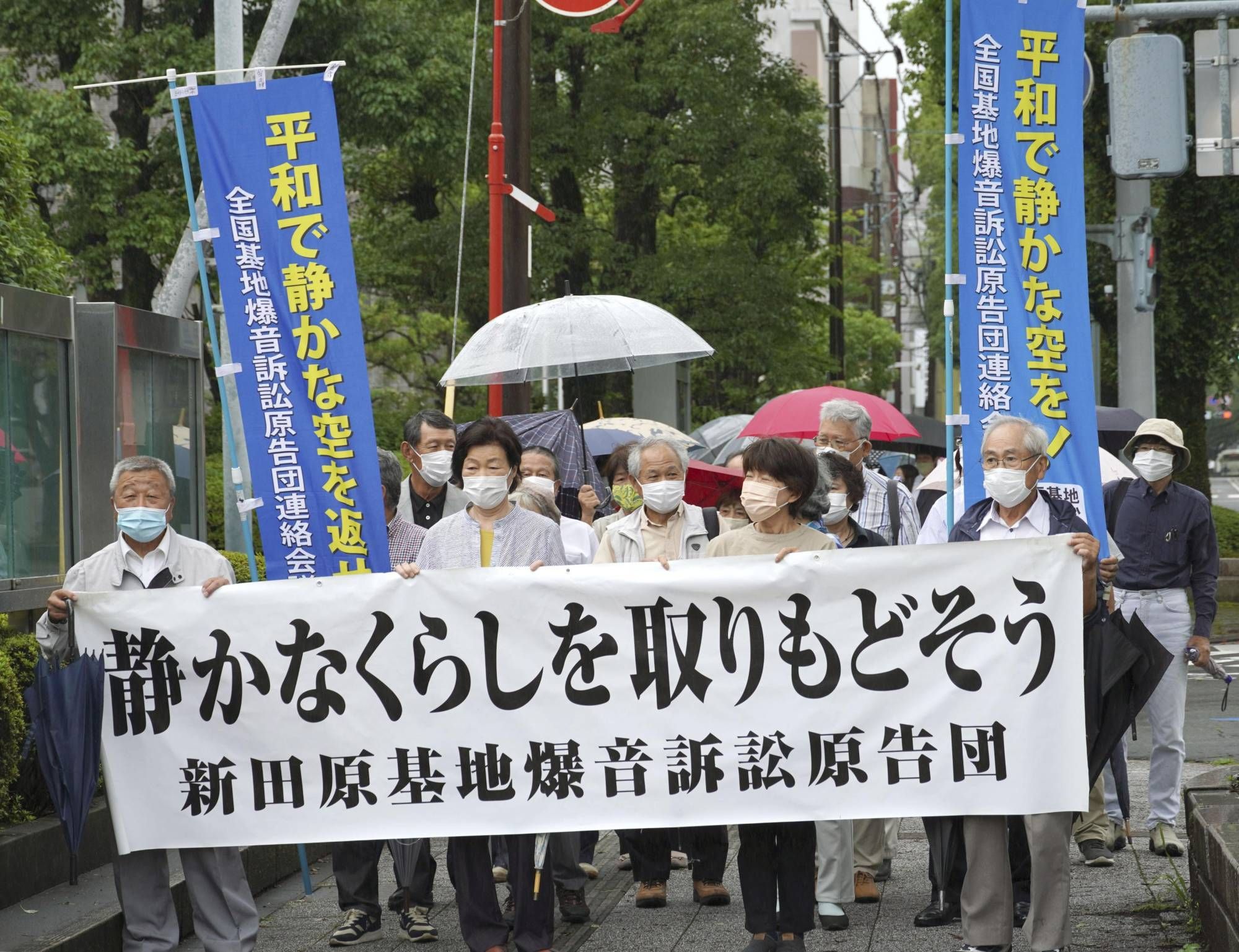 Plaintiffs enter the Miyazaki District Court in Miyazaki Prefecture ahead of a ruling over aircraft noise around the Air Self-Defense Force's Nyutabaru Air Base on Monday. | KYODO