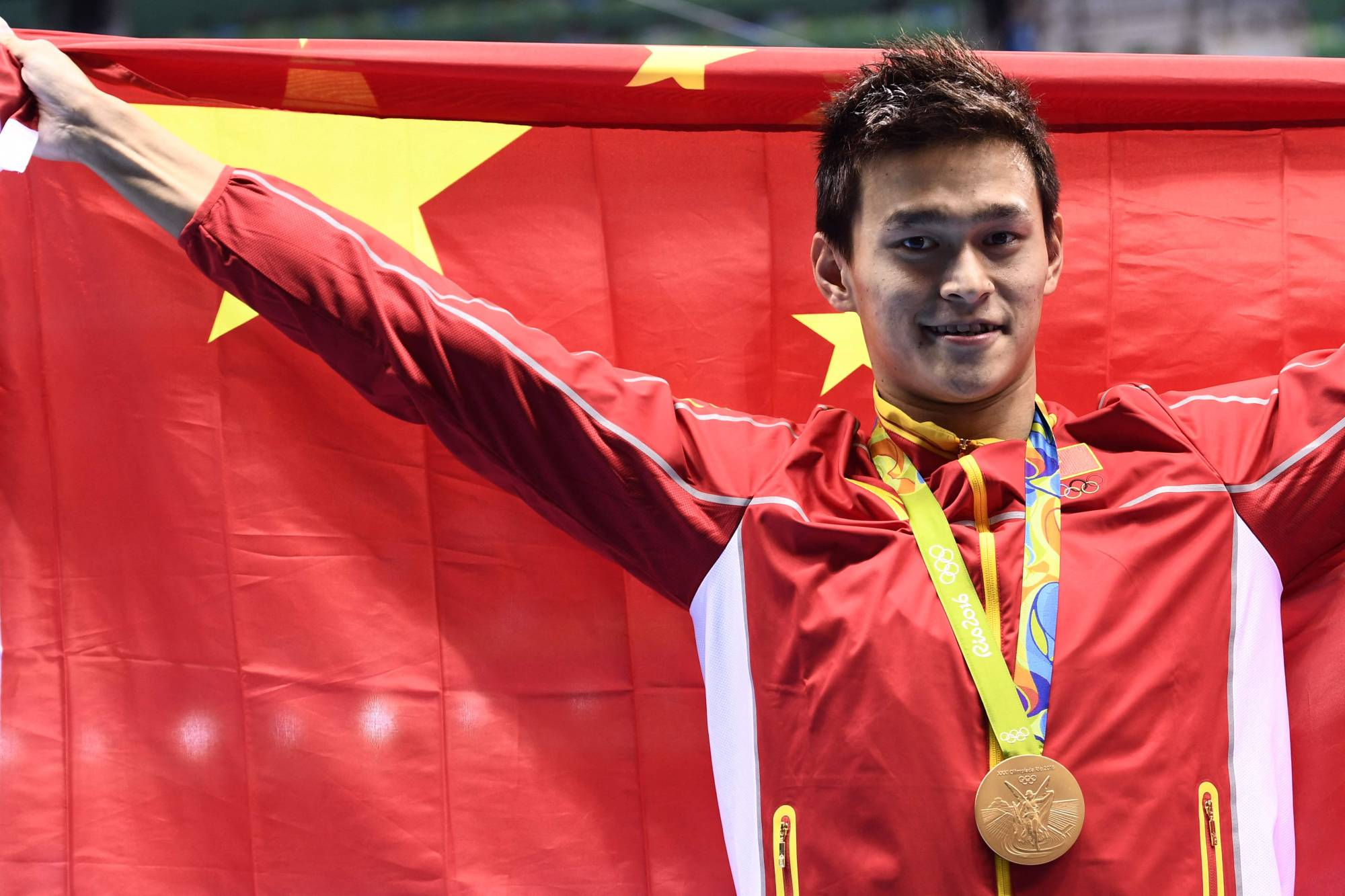 China's Sun Yang poses with his gold medal after winning the men's 200 meter freestyle final at the 2016 Olympic Games in Rio de Janeiro. | AFP-JIJI