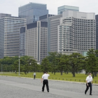 Japan may achieve fiscal consolidation in fiscal 2027 thanks to increased corporate tax revenue despite the pandemic. | BLOOMBERG