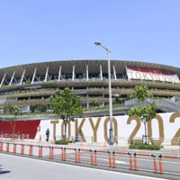 Prime Minister Yoshihide Suga began a series of meetings Thursday with foreign dignitaries set to attend the opening ceremony of the Tokyo Olympics on Friday. | KYODO