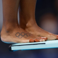 A tattoo of the Olympic ring on the foot of Canadian diver Jennifer Abel. She and teammate Melissa Citrini-Beaulieu took the silver medal with 300.78 points. | AFP-JIJI