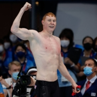 Britain's Tom Dean celebrates winning the gold medal in the men's 200-meter freestyle at the Tokyo Aquatics Centre on Tuesday.    AFP-JIJI