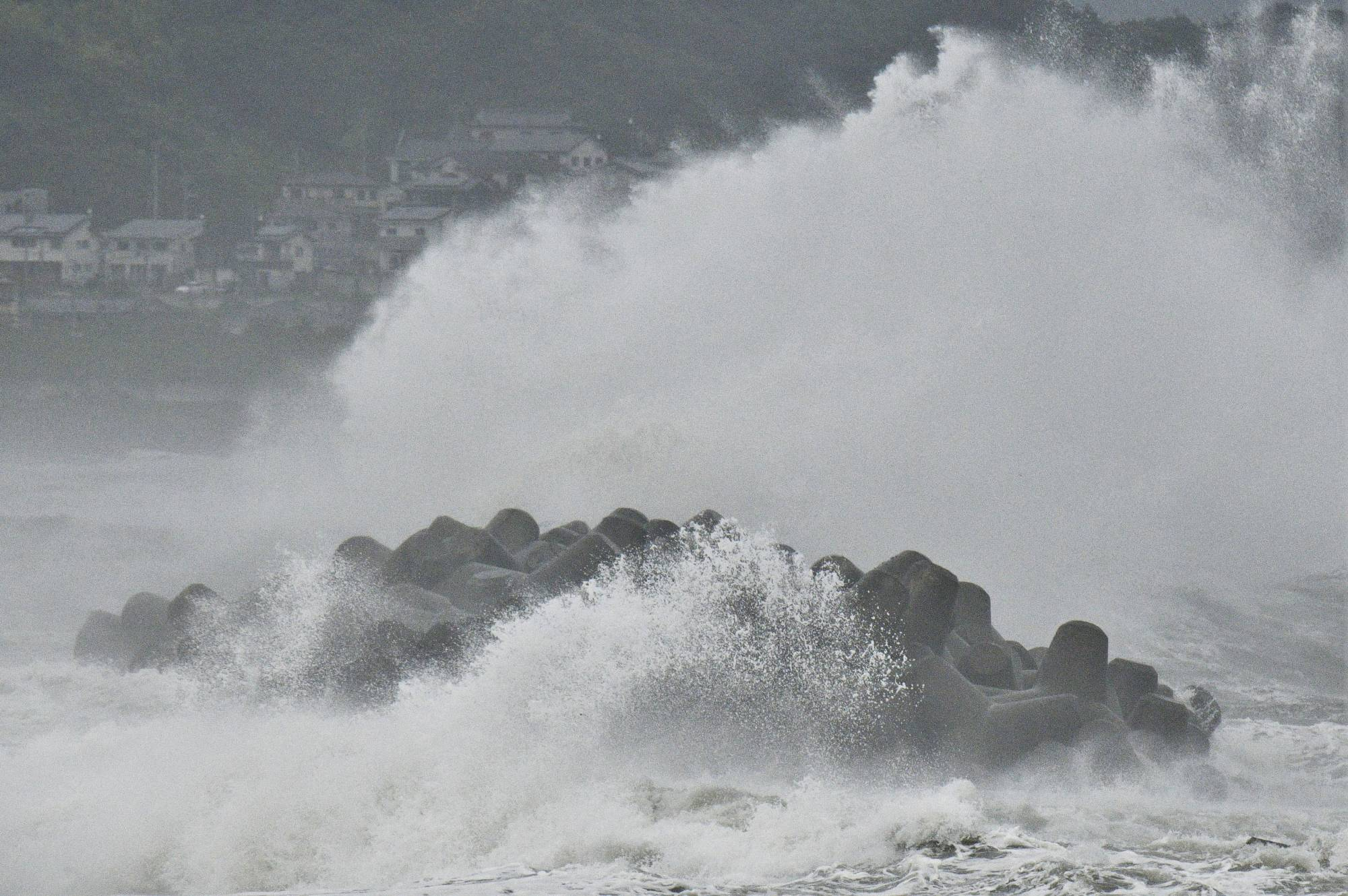 High waves from Tropical Storm Nepartak off the coast of Iwaki, Fukushima Prefecture, on Tuesday    KYODO