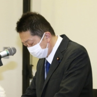 Lower House member Hiranao Honda apologizes in a news conference held in the Diet building Tuesday. | KYODO