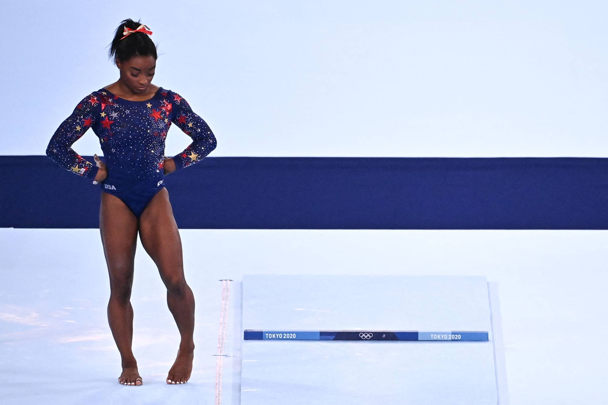 After her stunning exit from the women's gymnastics team event on Tuesday, Simon Biles said she felt she had been carrying the weight of the world on her shoulders. | AFP-JIJI