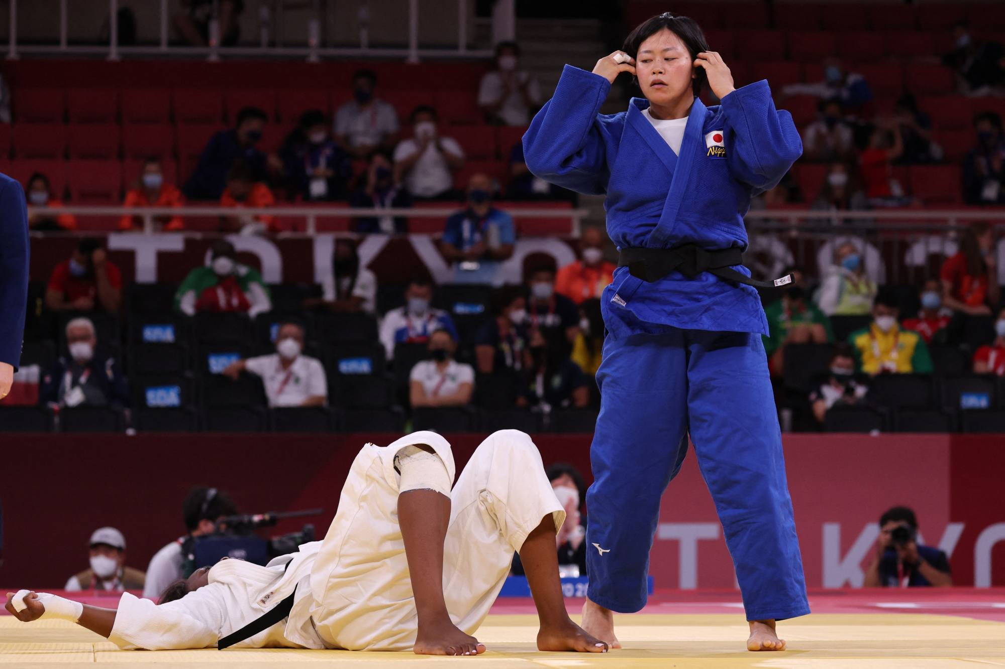 France's Madeleine Malonga (white) and Japan's Shori Hamada compete in the judo women's under 78-kg gold-medal bout at Nippon Budokan on Thursday. | AFP-JIJI