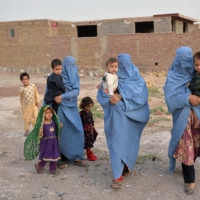 Members of an internally displaced Afghan family who left their home during the ongoing conflict between Taliban and Afghan security forces arrive from Qala-i-Naw, in the Enjil district of Herat, on Thursday.  | AFP-JIJI