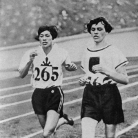 Middle-distance runner Tate Kinue Hitomi (left) won a silver medal in the 800-meter race at the 1928 Olympics in Amsterdam. | KYODO