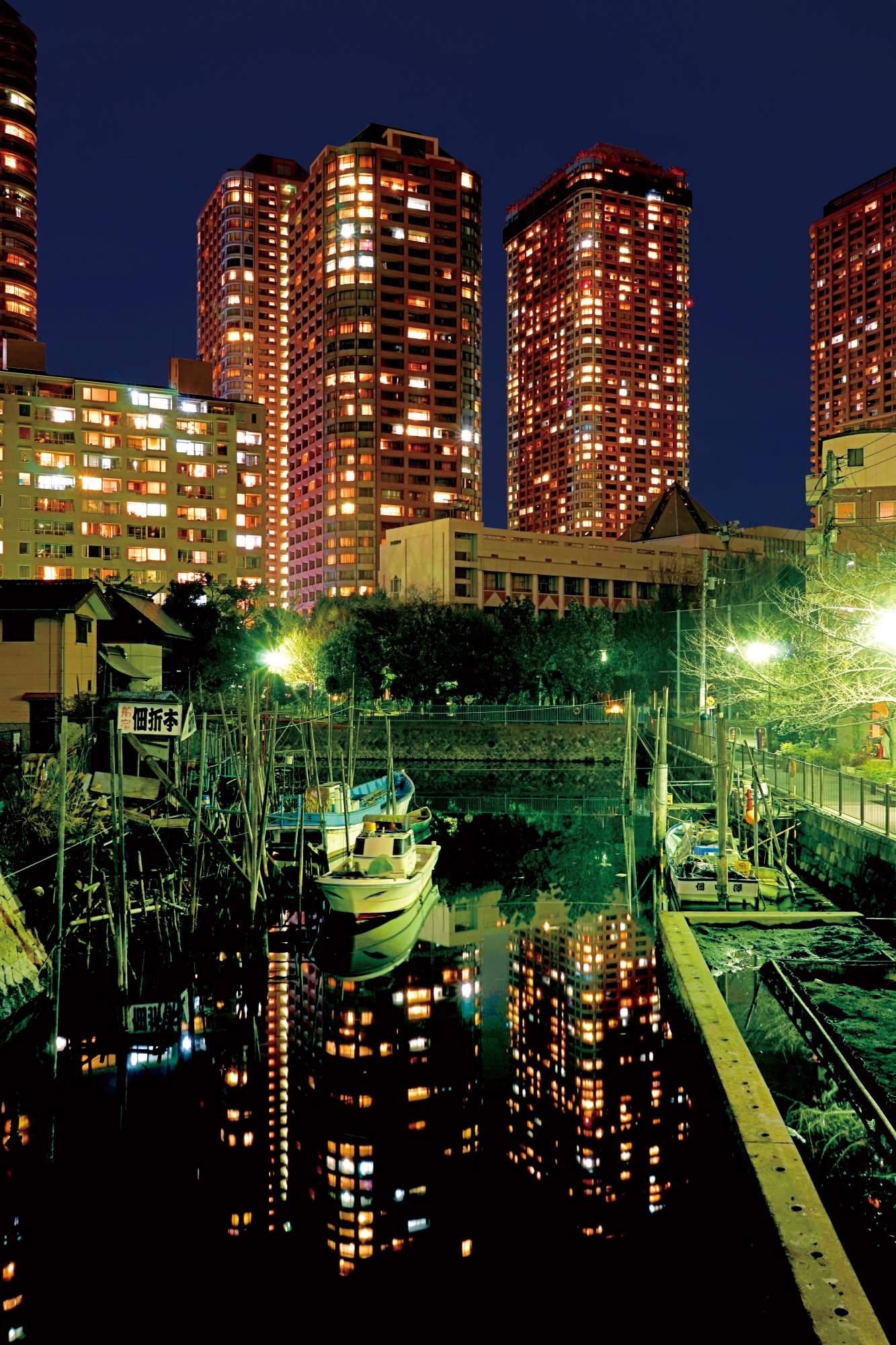 Nestled under some of the capital's many high-rises, the canals of Tsukishima are populated with houseboats. | HISAKI KUROSAWA