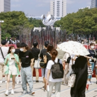 Virus surge and state of emergency do little to thin crowds in Tokyo