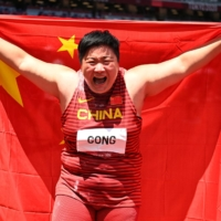 China's Gong Lijiao takes shot put gold as trackside temperatures hit 40 degrees