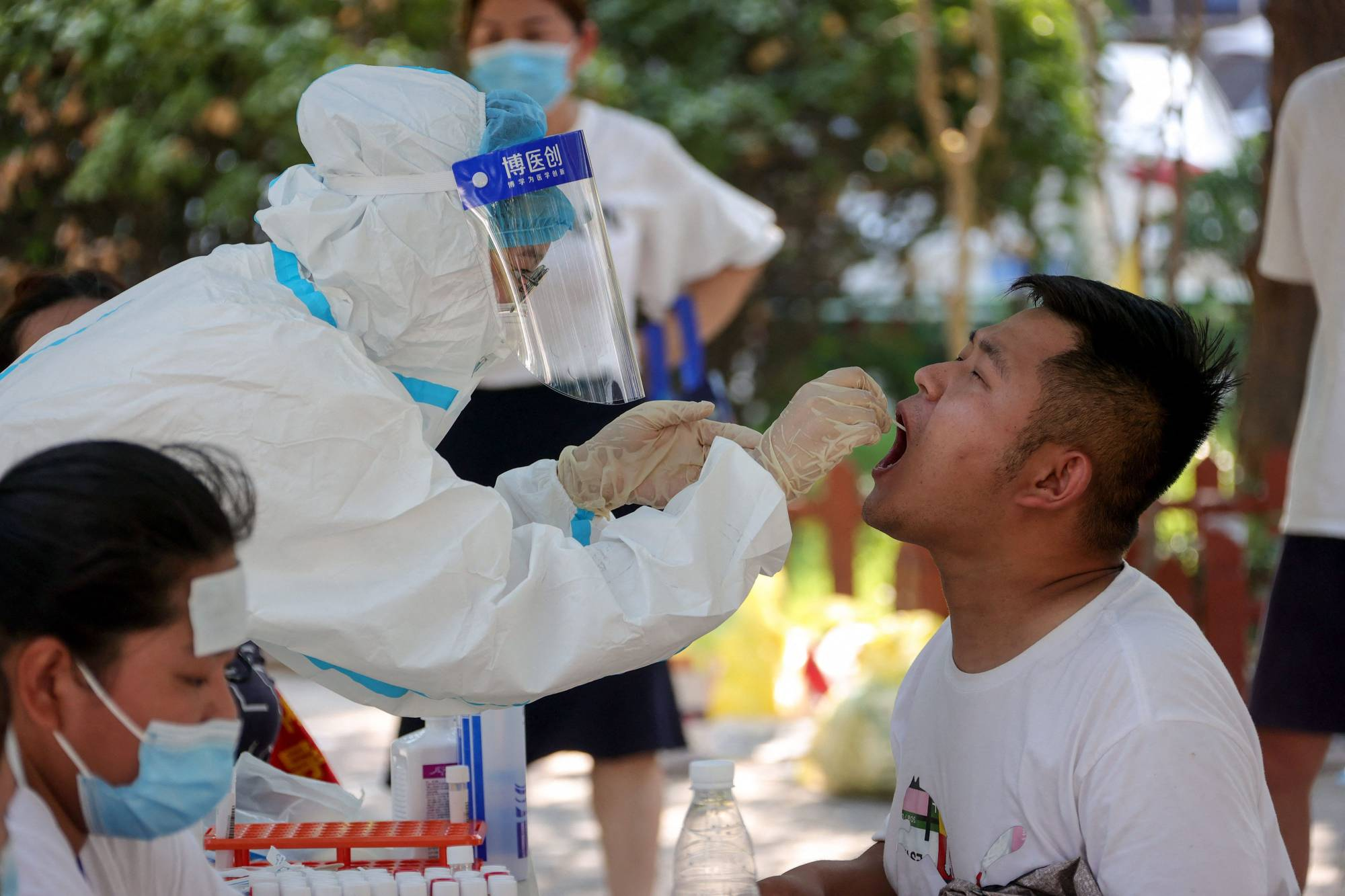 Residents are testing for COVID-19 in Zhengzhou, in China's central Henan province, on Saturday.    AFP-JIJI