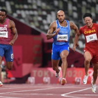 China's Su Bingtian (right) wins his semifinal next to Italy's Lamont Marcell Jacobs (center) and Ronnie Baker of the U.S. on Sunday.    AFP-JIJI