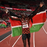 Kenya's Emmanuel Korir celebrates after winning the men's 800m final during the Tokyo 2020 Olympic Games at the Olympic Stadium in Tokyo on August 4, 2021.   AFP-JIJI