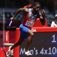 American Trayvon Bromell competes in a heat of the men's 4x100-meter relay on Thursday. | AFP-JIJI