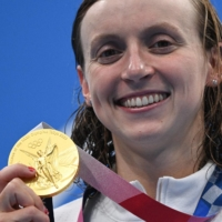 U.S. Olympic swimmer Katie Ledecky poses with her gold medal after the final of the women's 800-meter freestyle swimming event at the Tokyo Games on July 31.   AFP-JIJI
