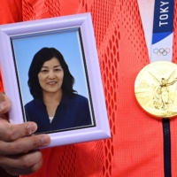 Ryo Kiyuna brought a photograph of his late mother to the victory ceremony. His mother, who had dreamed of her son winning gold at the Tokyo Olympics, died in 2019 at the age of 57.   AFP-JIJI