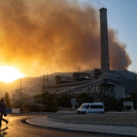 A wildfire rages near the Kemerkoy Thermal Power Plant in Milas, Turkey, on Wednesday.    AFP-JIJI