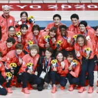 Members of Japan's silver-medal winning women's basketball team after the medal ceremony | KYODO