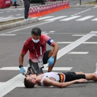Belgium's Dieter Kersten receives medical attention after the men's Olympic marathon in Sapporo on Sunday.    AFP-JIJI