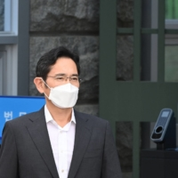 Lee Jae-yong is released on early parole at the Seoul Detention Center in Uiwang on Friday.    AFP-JIJI