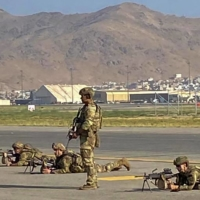 U.S. soldiers take up positions as they secure  Kabul Airport on Monday.   AFP-JIJI