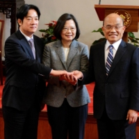 Taiwan Premier Su Tseng-chang (right) joins hands with his predecessor, William Lai (left), and President Tsai Ing-wen after a news conference in Taipei in January 2019.  | REUTERS