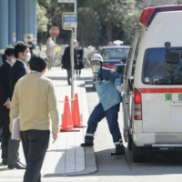 Of 1,668 COVID-19 patients in Tokyo who sought an ambulance during the first week of August due to the worsening of their condition, 959 could not be accepted at any medical institution. | KYODO