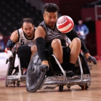 Tainafi Lefono of New Zealand and Charles Aoki of the United States in action Wednesday in wheelchair rugby at Yoyogi National Stadium in Tokyo.  | REUTERS