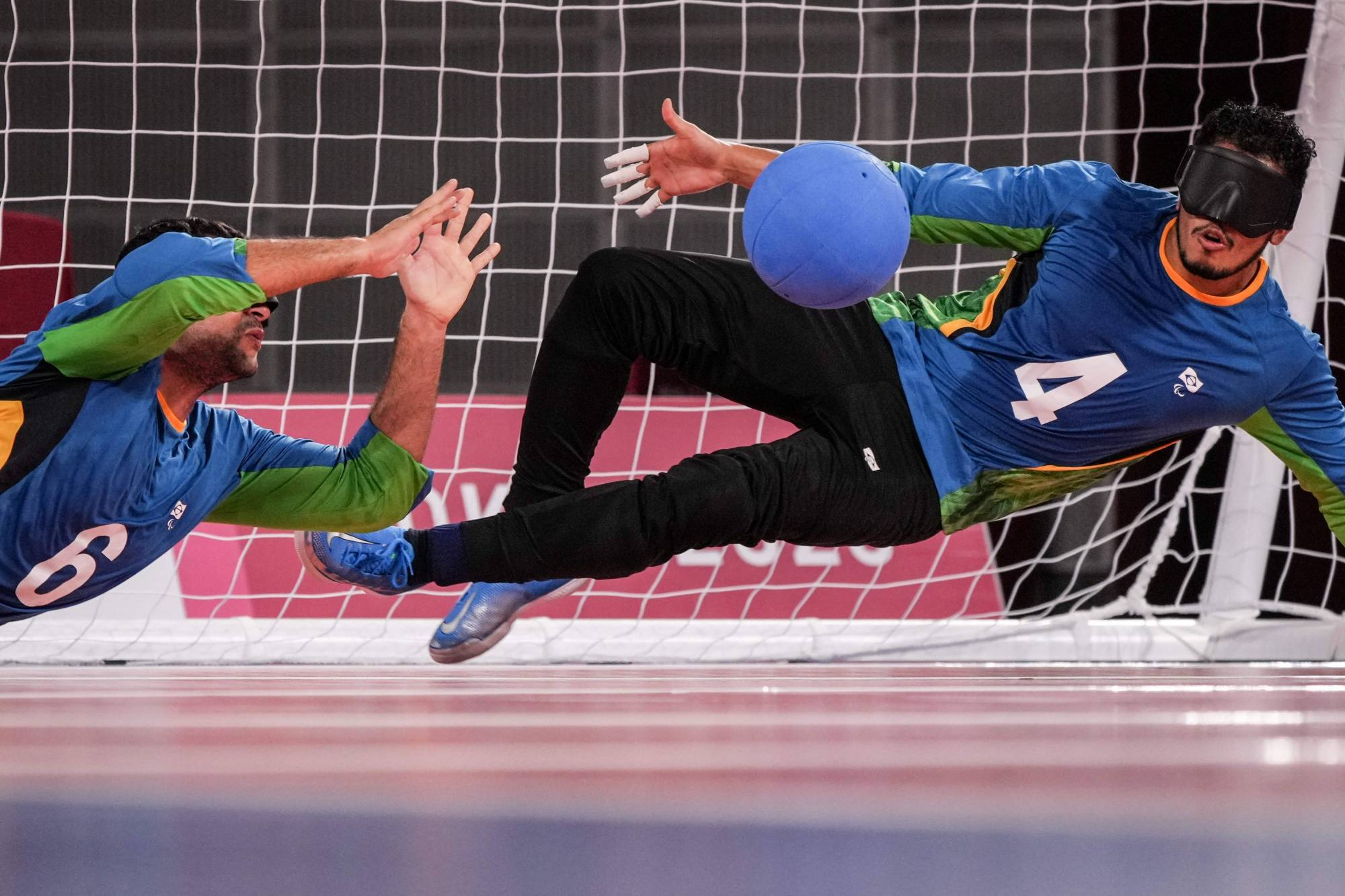 Brazil's Leomon Moreno (right) and Romario Marques defend a ball during the goalball preliminary match against Team USA   AFP-JIJI